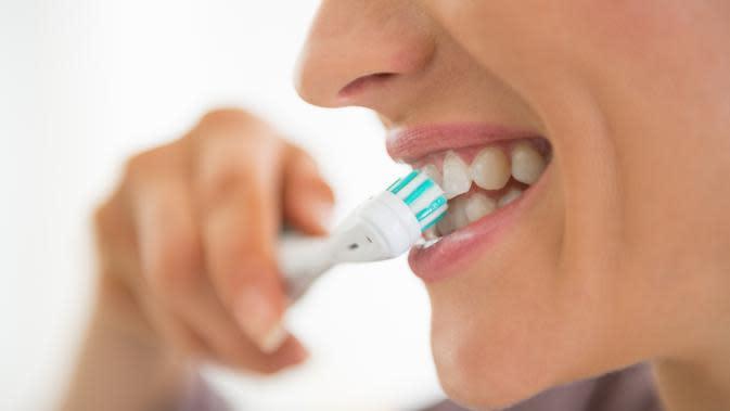 Gusi berdarah saat menggosok gigi. Kenapa ya? (Foto: Amoils)