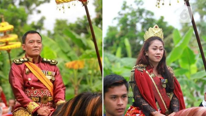 Totok Santoso Hadiningrat serta Kanjeng Ratu, alias Dyan Gitarja mengendarai kuda dalam rangkaian kirab deklarasi. (foto: Lipoutan6.com/FB/edhie prayitno ige)