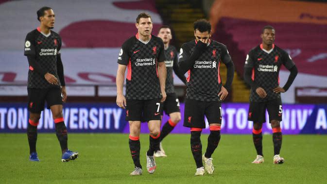 Para pemain Liverpool tampak kecewa usai ditaklukkan Aston Villa pada laga Liga Inggris di Stadion Villa Park, Minggu (4/10/2020). Liverpool takluk dengan skor 7-2. (Peter Powell/Pool via AP)