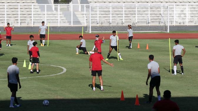 Pelatih Kepala Timnas Indonesia, Shin Tae-yong (tengah) memberi arahan saat latihan di Stadion Madya Gelora Bung Karno, Jakarta, Jumat (28/8/2020). Selanjutnya, Timnas U-19 akan berlatih dan mengikuti turnamen mini di Kroasia jelang Piala Asia U-19 2020 Uzbekistan. (Liputan6.com/Helmi Fithriansyah)