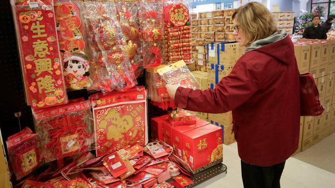 Seorang pelanggan memilih hiasan untuk menyambut Tahun Baru Imlek yang akan segera tiba di Pasar Swalayan Pricesmart di Vancouver, Kanada, 14 Januari 2020. Warga di Kanada membeli sejumlah keperluan khusus untuk menyambut Tahun Baru Imlek yang tahun ini jatuh pada 25 Januari. (Xinhua/Liang Sen)