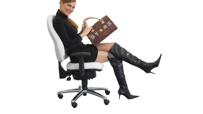 Para pekerja yang kerap duduk terlalu lama seperti petugas administrasi rentan mendrita wasir atau ambeien.