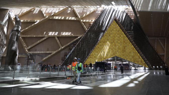 Para pekerja terlihat di lokasi pembangunan Museum Besar Mesir di Giza, 25 Agustus 2020. Mesir telah menerima 126.000 wisatawan sejak negara itu membuka kembali resor tepi lautnya untuk penerbangan internasional dan turis mancanegara pada 1 Juli, setelah ditutup akibat COVID-19. (Xinhua/Ahmed Gomaa)