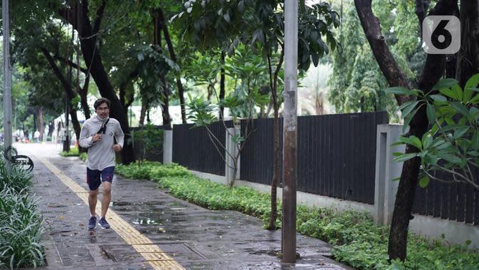 Seorang pria berolahraga di Taman Lapangan Banteng terlihat di Jakarta, Minggu (20/9/2020). Seluruh taman kota dan hutan kota ditutup kembali untuk sementara terkait pemberlakuan PSBB total di Jakarta guna menekan penyebaran virus covid-19. (Liputan6.com/Immanuel Antonius)