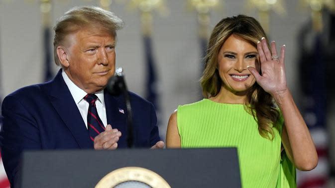 Presiden Amerika Serikat Donald Trump dan Ibu Negara Melania Trump saat menghadiri hari keempat Konvensi Nasional Partai Republik di Gedung Putih, Washington DC, Amerika Serikat, Kamis (27/8/2020). (AP Photo/Evan Vucci)