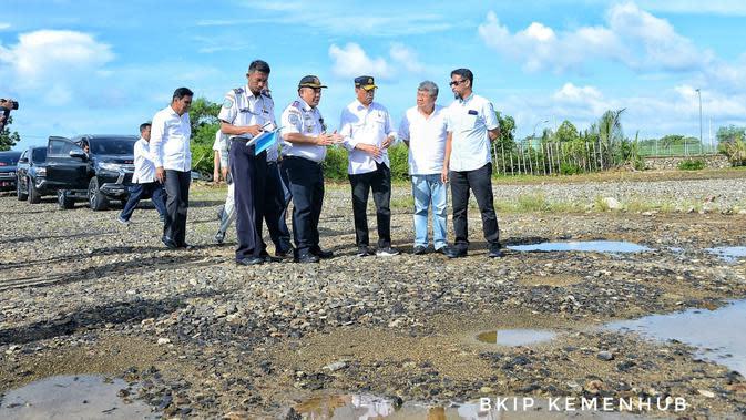 Menhub tinjau pembangunan jalur Kereta Api (KA) Trans Sulawesi (dok: BKIP)