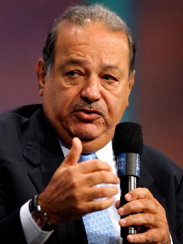 Di posisi ke enam dalam daftar 10 Orang Terkaya di Dunia adalah Carlos Slim Helu, pengusaha telekomunikasi asal Meksiko. Aset harta pria 77 tahun ini diprediksi mencapai 55,7 miliar dolar atau kurang lebih 724 triliun rupiah. (AP Photo/Jason DeCrow)