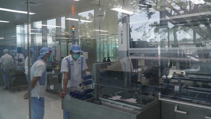 Petugas di PT Bio Farma di area pengemasan memeriksa vaksin-vaksin yang akan diproduksi, Rabu (12/8/2020). (Liputan6.com/Huyogo Simbolon)