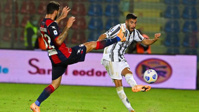 Pemain Juventus, Gianluca Frabotta, melepaskan tendangan saat melawan Crotone pada laga Liga Italia di Stadion Ezio Scida, Minggu (18/10/2020). Kedua tim bermain imbang 0-0. (Francesco Mazzitello/LaPresse via AP)