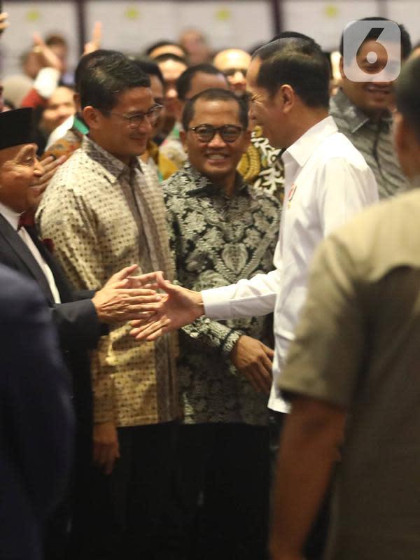 Presiden Joko Widodo bersalaman dengan Sandiaga Uno setibanya menghadiri acara pelantikan pengurus Himpunan Pengusaha Muda Indonesia (HIPMI) periode 2019-2024, di Hotel Raffles, Jakarta, Rabu (15/1/2020). Sandiaga Uno hadir sebagai mantan Ketum HIPMI periode 2005-2008. (Liputan6.com/Angga Yuniar)