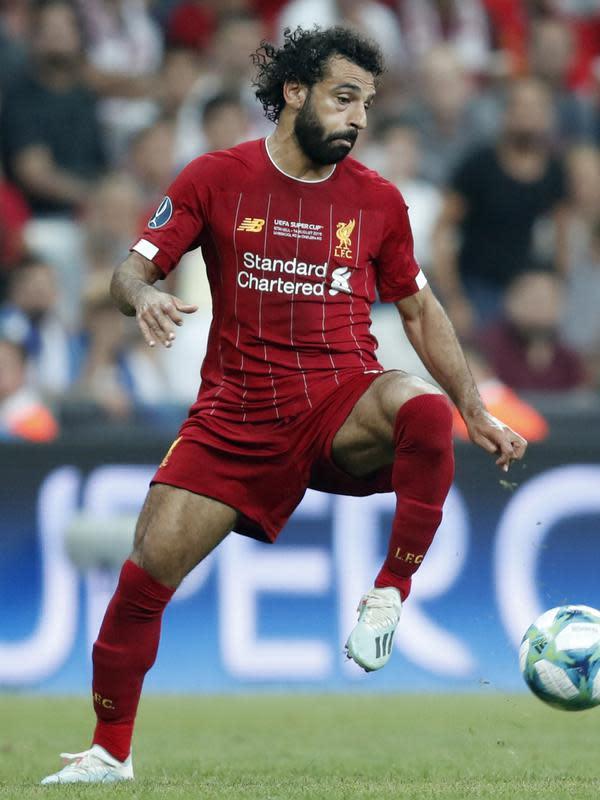 Gelandang Liverpool, Mohamed Salah mengontrol bola saat bertanding melawan Chelsea pada pertandingan Piala Super Eropa 2019 di Besiktas Park, di Istanbul (15/8/2019). Liverpool menang adu penalti atas Chelsea 5-4 (2-2). (AP Photo/Thanassis Stavrakis)