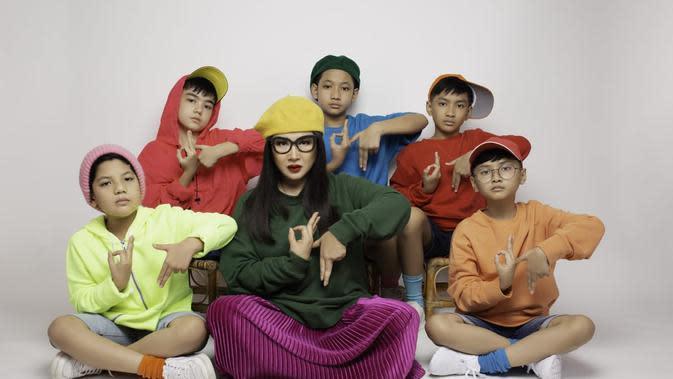 Titi DJ bersama boyband Dear Juliets (ist)