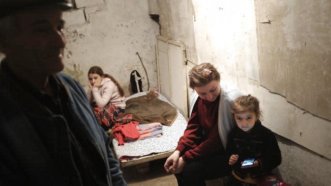 Warga duduk dalam tempat penampungan untuk melindungi diri dari serangan bom di Stepanakert, Republik Nagorno-Karabakh, Azerbaijan, 27 September 2020. Serangan antara Armenia dan Azerbaijan menewaskan puluhan orang. (Karo Sahakyan/ArmGov/PAN Photo via AP)