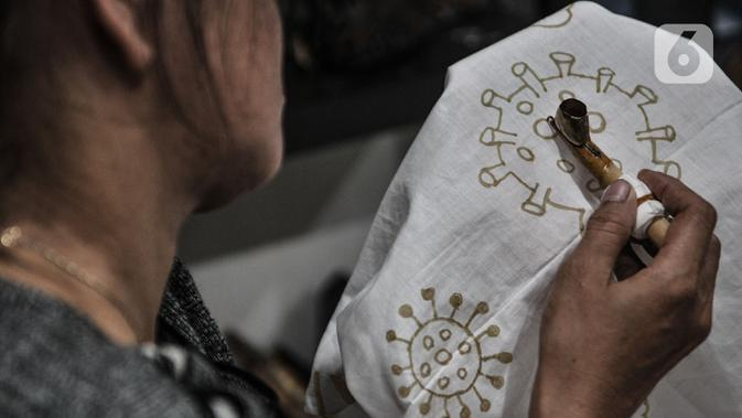 Perajin menyelesaikan pembuatan batik edisi Jakarta Terkini di Rumah Batik Palbatu, Jakarta, Kamis (15/10/2020). Kain batik Jakarta Terkini mengisahkan keadaan Ibu Kota saat dilanda pandemi Covid-19 dengan warna-warna yang memberikan harapan di setiap kondisi tersebut. (merdeka.com/Iqbal Nugroho)