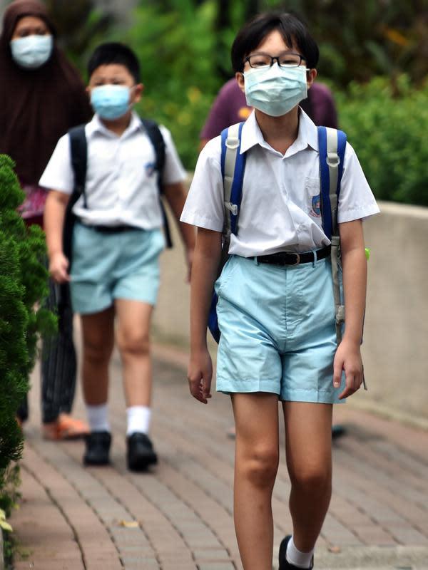 Para murid berjalan menuju ke sekolah di Tsuen Wan, Hong Kong, China selatan, pada 29 September 2020. Penyebaran COVID-19 di Hong Kong telah menurun signifikan berkat respons antiepidemi yang cepat dan dukungan kuat dari otoritas pusat. (Xinhua/Lo Ping Fai)