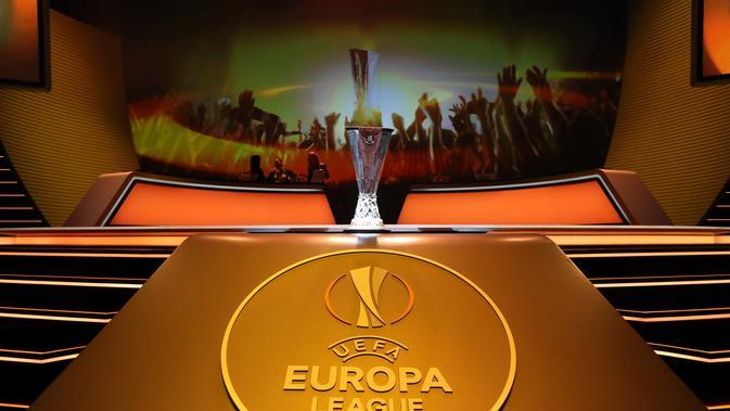 Ilustrasi Logo dan trofi Liga Europa. (AFP/Valery Hache)