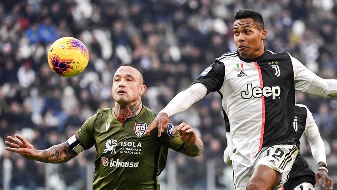 Pemain Juventus, Alex Sandro, berebut bola dengan gelandang Cagliari, Radja Nainggolan, pada laga Serie A di Stadion Juventus, Turin, Senin (6/1/2020). Juventus menang 4-0 atas Cagliari. (AP/Marco Alpozzi)