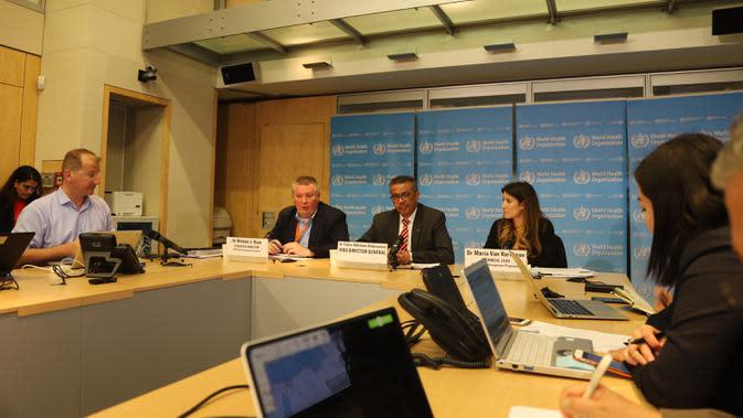 Direktur Jenderal Organisasi Kesehatan Dunia (WHO) Tedros Adhanom Ghebreyesus (tengah, belakang) berbicara dalam konferensi pers di Jenewa, 11 Maret 2020. WHO menyatakan wabah COVID-19 dapat dikategorikan sebagai