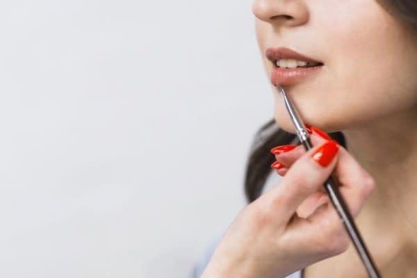5 Hal yang Harus Diperhatikan Pemilik Bibir Gelap saat Memakai Lipstik