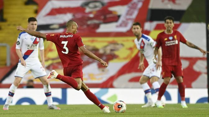 Gelandang Liverpool, Fabinho, mencetak gol ke gawang Crystal Palace pada laga Premier League di Stadion Anfield, Rabu (24/6/2020). Liverpool menang dengan skor 4-0. (AP/Phil Noble)