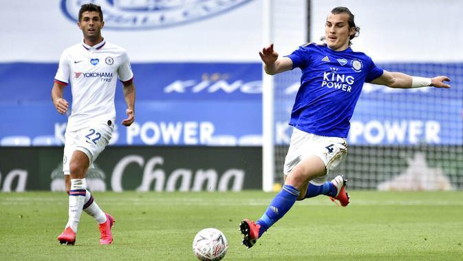 Bek Leicester City, Caglar Soyuncu, melepaskan tendangan saat melawan Chelsea pada laga Piala FA di Stadion King Power, Minggu (28/6/2020). Chelsea menang 1-0 atas Leicester City. (AP/Tim Keeton)