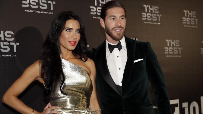 Bek Real Madrid asal Spanyol, Sergio Ramos bersama istrinya Pilar Rubio berpose saat menghadiri penghargaan sepak bola FIFA Terbaik, di teater La Scala Milan, Italia utara (23/9/2019). (AP Photo/Luca Bruno)