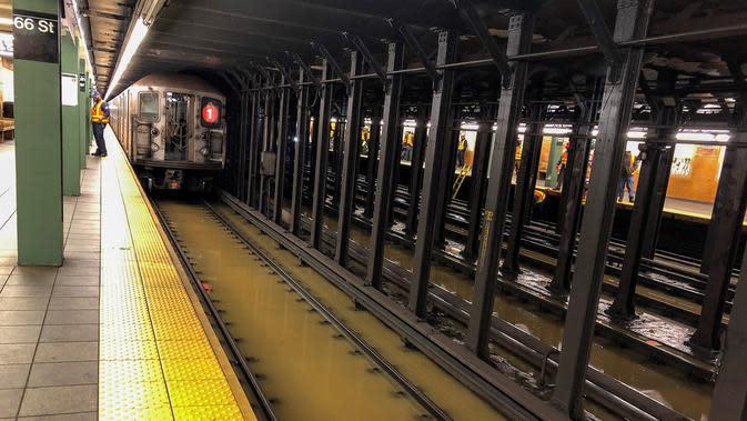 Kereta bawah tanah terhenti karena banjir di 66th Street, New York, Amerika Serikat, Senin (13/1/2020). Genangan air menghambat layanan kereta bawah tanah pada jam sibuk. (AP Photo/Richard Drew)