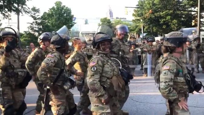 Polisi di Atlanta joget bersama pendemo sebelum masuk jam malam. Dok: Twitter @JennyJarvie