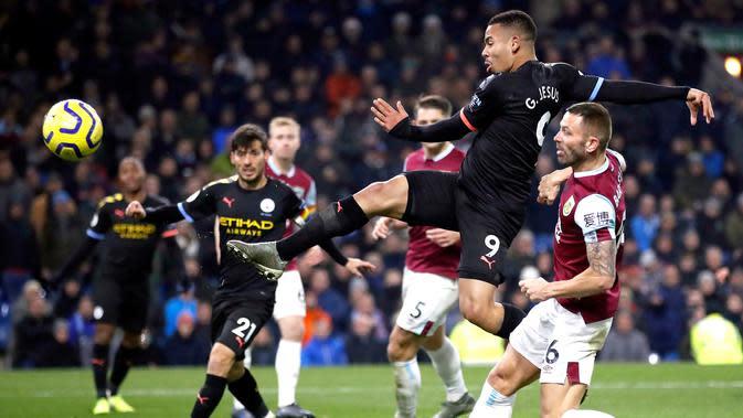 Pemain Manchester City Gabriel Jesus mencetak gol ke gawang Burnley pada pertandingan Liga Inggris di Turf Moor, Burnley, Inggris, Selasa (3/12/2019). The Citizens mencukur Burnley 1-4, Gabriel Jesus mencetak dua gol. (Martin Rickett/PA via AP)
