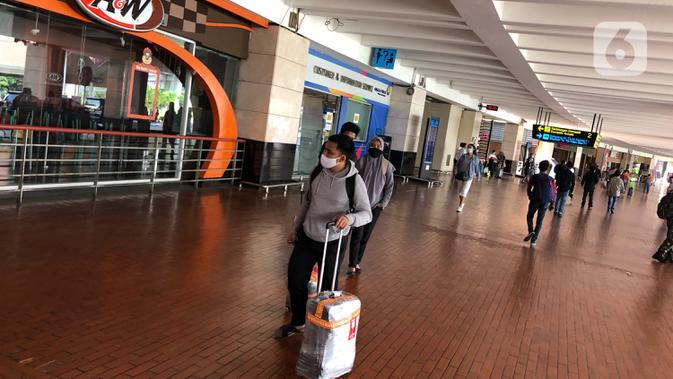 Penumpang beraktivitas di area Bandara Soekarno-Hatta, Tangerang, Jumat (24/7/2020). Senior Manager Branch Communication and Legal Bandara Soetta Febri Toga Simatupang mengatakan di bulan Juli, jumlah pergerakan penumpang rata-rata per hari mencapai 30.000 orang. (Liputan6.com/Immanuel Antonius)