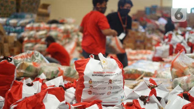 Paket bansos terlihat di Gudang Food Station Cipinang, Jakarta, Rabu (22/4/2020). Pemerintah menyalurkan paket bansos sebesar Rp 600 ribu per bulan selama tiga bulan untuk mencegah warga mudik dan meningkatkan daya beli selama masa pandemi COVID-19. (Liputan6.com/Immanuel Antonius)