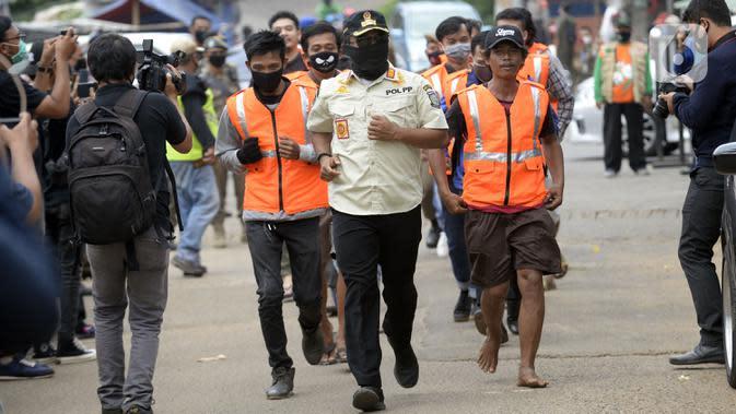 Warga pelanggar PSBB dihukum berlari saat terjaring Operasi Yustisi yang digelar petugas gabungan di BSD, Tangerang Selatan, Banten, Rabu (16/9/2020). Tangerang Selatan sebagai kota penyangga Ibu Kota ikut melakukan pengetatan PSBB karena peningkatan kasus Covid-19. (merdeka.com/Dwi Narwoko)