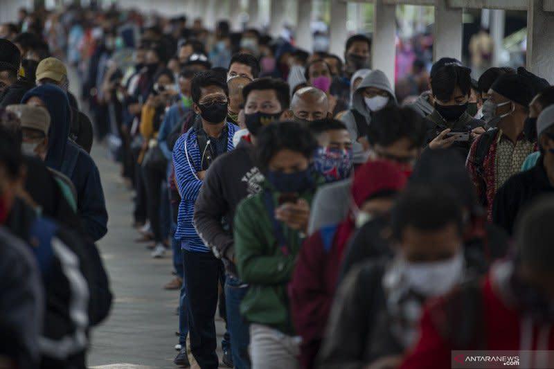Antisipasi kepadatan Senin, penumpang diminta naik KRL hari ini