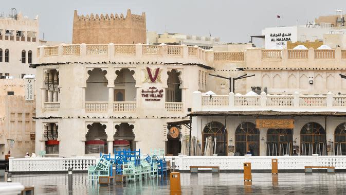 Meja dan kursi ditumpuk di depan restoran di pasar Souq Waqif di tengah pandemi COVID-19 di Doha, ibu kota Qatar, (13/4/2020). (Xinhua/Nikku)