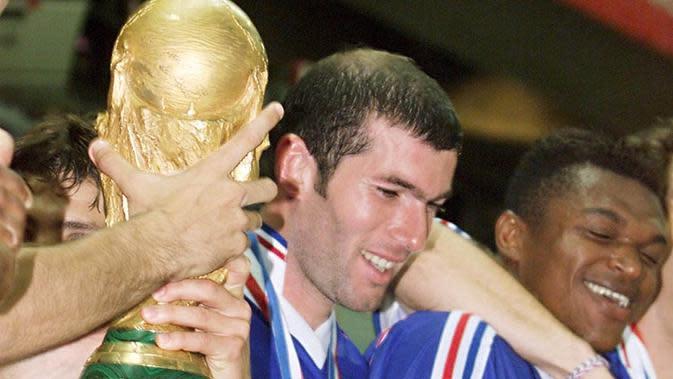 Tahun 1998 bisa dikatakan sebagai puncak karier Zinedine Zidane sebagai pesepak bola, dirinya sukses mengantarkan Prancis untuk pertama kalinya meraih gelar Piala Dunia. (AFP/Gabriel Bouys)