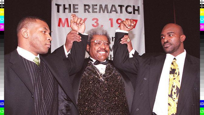 Mike Tyson dan Evande Holyfield bersama promotor tinju dunia Don King (Timothy A Clary/AFP)