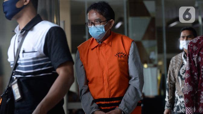 Mantan Dirut PT Dirgantara Indonesia, Budi Santoso tiba untuk menandatangani berkas perpanjangan masa penahanan di Gedung KPK, Jakarta, Jumat (26/6/2020). Budi Santoso merupakan tersangka kasus dugaan korupsi kegiatan penjualan dan pemasaran pesawat PTDI tahun 2007-2017. (merdeka.com/Dwi Narwoko)