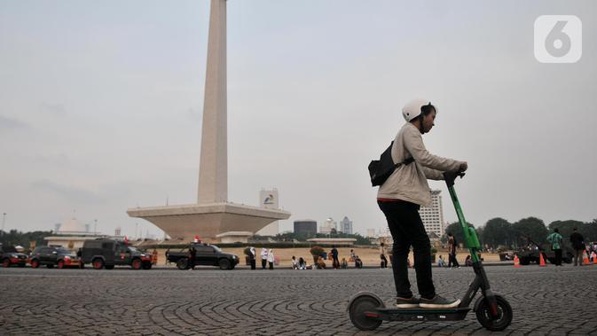 Pengguna jalan mengendarai otopet atau skuter listrik di Jakarta, Rabu (16/10/2019). Pemerintah Provinsi DKI Jakarta melalui Dinas Perhubungan akan memasukkan skuter listrik ke dalam jenis kendaraan ramah lingkungan. (merdeka.com/Iqbal Nugroho)