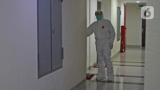 dr Rahmadi Iwan Guntoro, Sp.P memakai alat pelindung diri (APD) tingkat 3 saat memasuki ruang rawat pasien di Rumah Sakit Haji, Jakarta, Kamis (9/4/2020). Tenaga medis yang menggunakan APD tingkat 3 yaitu dokter, perawat, dan petugas laboran (laboratorium). (Liputan6.com/Herman Zakharia)