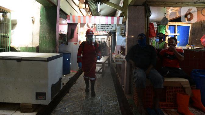 Petugas melakukan penyemprotan cairan disinfektan di Pasar Perumnas di wilayah Jakarta Timur, Selasa (25/8/2020). Hal ini mengingat jumlah kasus positif Covid-19 yang meningkat di wilayah Jakarta Timur agar masyarakat tetap sehat dan saling menjaga protokol kesehatan. (merdeka.com/Imam Buhori)
