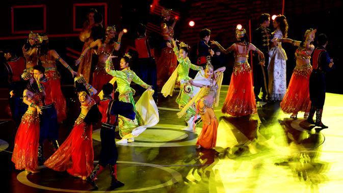 Para penampil menyuguhkan pertunjukan dalam upacara pembukaan Festival Film Internasional Jalur Sutra ke-7 di Xi'an, ibu kota Provinsi Shaanxi, China barat daya, pada 11 Oktober 2020. Acara yang berlangsung enam hari ini diikuti lebih dari 3.000 film dari 116 negara dan kawasan. (Xinhua/Zhang Bowen)