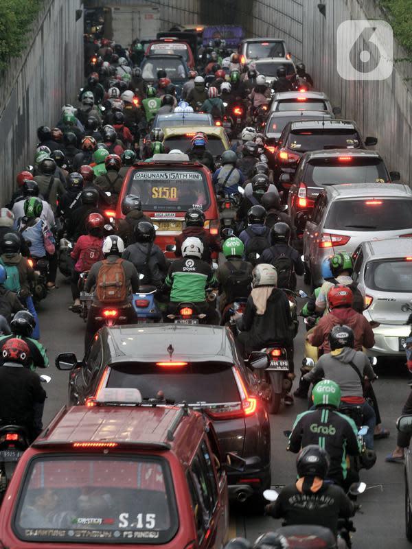 Kendaraan terjebak kemacetan saat melintasi Underpass Pasar Minggu, Jakarta, Kamis (12/3/2020). Kemacetan yang terjadi di Underpass Pasar Minggu semakin parah saat jam pulang kerja. (merdeka.com/Iqbal Nugroho)