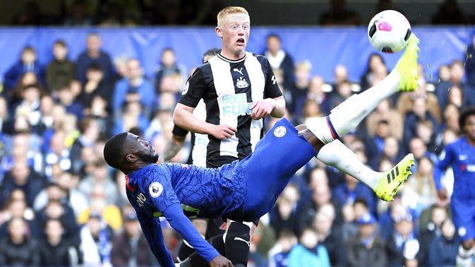 Pemain Chelsea melepaskan tendangan Salto saat melawan Newcastle United pada laga Premier League 2019 di Stadion Stamford Bridge, Sabtu (19/10). Chelsea menang 1-0 atas Newcastle United. (AP/Steven Paston)