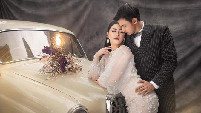 Tidak hanya dua konsep tersebut, Feli dan Hito juga berpose dengan mobil klasik. Feli cantik dengan gaun putih dan rambut panjangnya yang tergerai, sedangkan Hito mengenakan setelan jas hitam. (Instagram/fdphotography90)