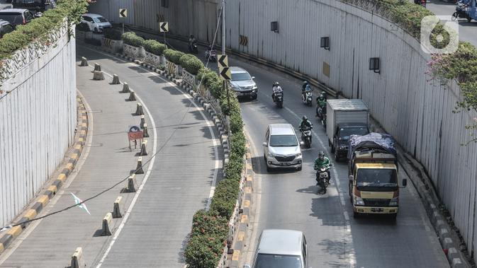 Kendaraan dari arah Simpang Senen saat melintasi aktivitas pekerja menyelesaikan proyek Underpass Senen Extension, Jakarta, Rabu (1/7/2020). (merdeka.com/Iqbal S. Nugroho)