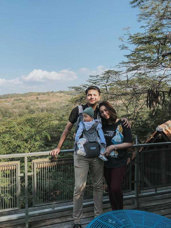 Rizky Alatas dan Adzana Bing Slamet asuh anak pertama (Sumber: Instagram/rizkyalatas)