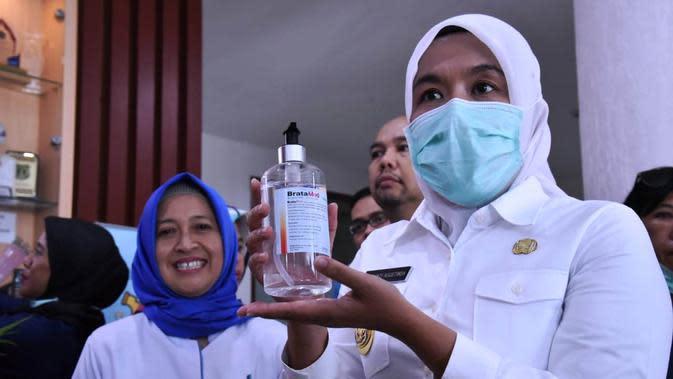 Wawako Palembang Fitrianti Agustinda menunjukkan bahan pembuatan hand sanitizer, yang akan dibagikan ke warganya (Dok. Humas Kominfo Palembang / Nefri Inge)