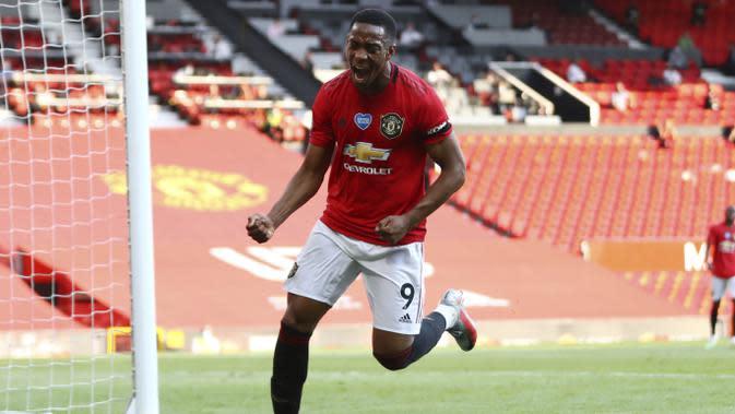 Penyerang Manchester United, Anthony Martial, melakukan selebrasi usai membobol gawang Sheffield United pada laga Premier League di Stadion Old Trafford, Rabu (24/6/2020). Manchester United menang dengan skor 3-0. (AP/Michael Steele)