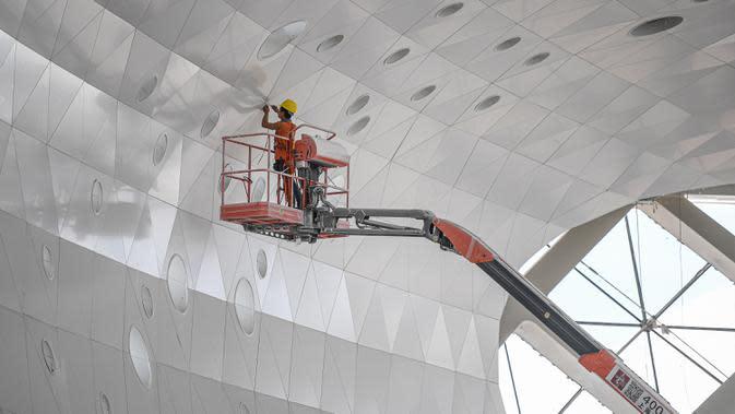 Seorang pekerja terlihat sibuk di lokasi proyek pembangunan tahap dua gedung Hainan International Convention and Exhibition Center di Haikou, Provinsi Hainan, China selatan, pada 25 Agustus 2020. Pekerjaan utama proyek tersebut telah rampung belum lama ini. (Xinhua/Pu Xiaoxu)