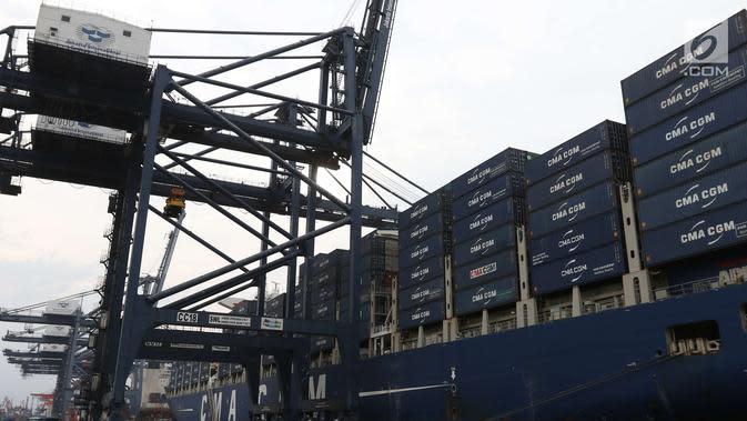 Persiapan keberangkatan kapal besar (Direct Call) pembawa kontainer yang membawa ekspor Indonesia ke Amerika Serikat (AS) di Pelabuhan Tanjung Priok, Jakarta, Selasa (15/5). (Liputan6.com/Angga Yuniar)